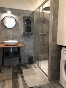 salle de bain de gîte propre avec douche et machine à laver