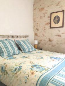 chambre avec mur en pierre dans gîte