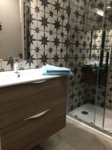 salle de bain propre et fonctionnelle dans hébergement de vacances