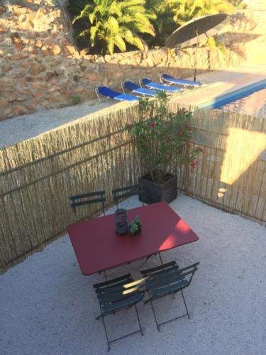 terrasse privative avec table extérieure pour passer de bonnes vacances