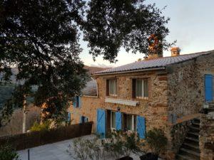 la grande terrasse du gîte Neria dans les Pyrénées orientales